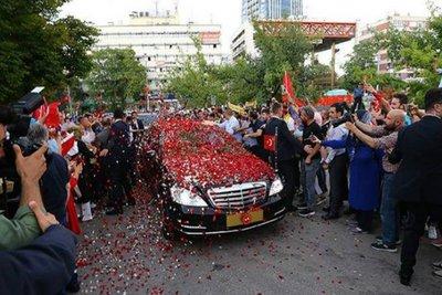 Ορκωμοσία - φιέστα του Εντογάν: Ο κόσμος έραινε το αυτοκίνητό του με λουλούδια