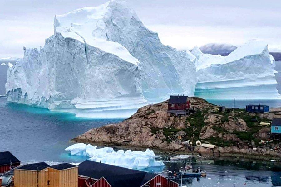 Τεράστιο παγόβουνο απειλεί χωριό στη Γροιλανδία