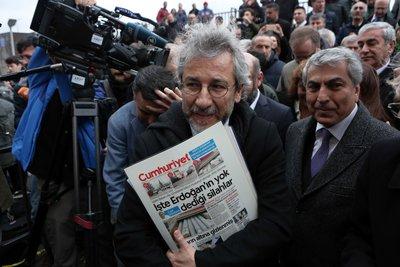 Αθωώθηκε ο δημοσιογράφος της Cumhuriyet για τη