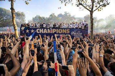 Συγκλονιστικές εικόνες στο Παρίσι: Υποδοχή ηρώων στην παγκόσμια πρωταθλήτρια Γαλλία