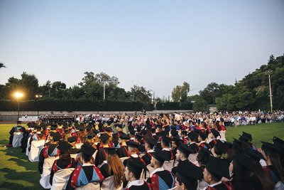 Μεγαλοπρεπείς αποφοιτήσεις με διεθνές αποτύπωμα για τους τελειόφοιτους του Ομίλου