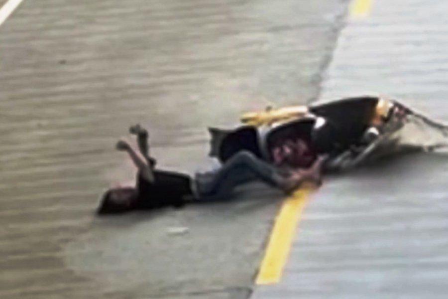 Απίστευτο: Τράκαρε ενώ κοίταζε το κινητό της και συνέχισε ενώ ήταν ξαπλωμένη στην άσφαλτο
