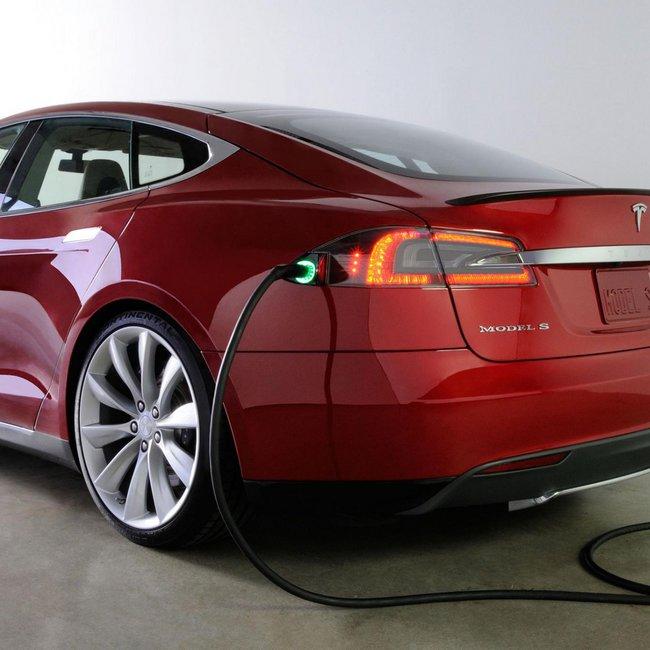 Ζευγάρι Σουηδών «ξελίγωσε» ηλεκτρικό αυτοκίνητο στην Εγνατία
