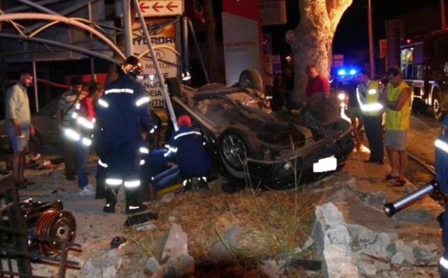 Συγκλονίζει ο απεγκλωβισμός οδηγού από όχημα που ανετράπη