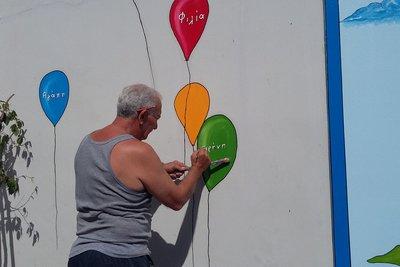 Γιώργος Κατσίποδος: Ο παππούς που ζωγραφίζει και ομορφαίνει προαύλια των σχολείων της Πάτρας