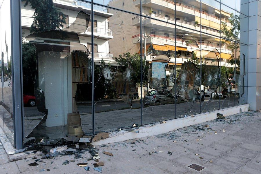 Επίθεση του Ρουβίκωνα τα ξημερώματα στη ΔΟΥ Ψυχικού - Έσπασαν τζαμαρίες με βαριοπούλες