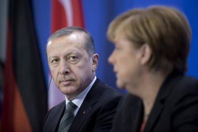 Ο Ερντογάν αναζητεί «σωσίβιο» στην Μέρκελ: Την πήρε τηλέφωνο και στέλνει τον υπουργό Οικονομίας στο Βερολίνο