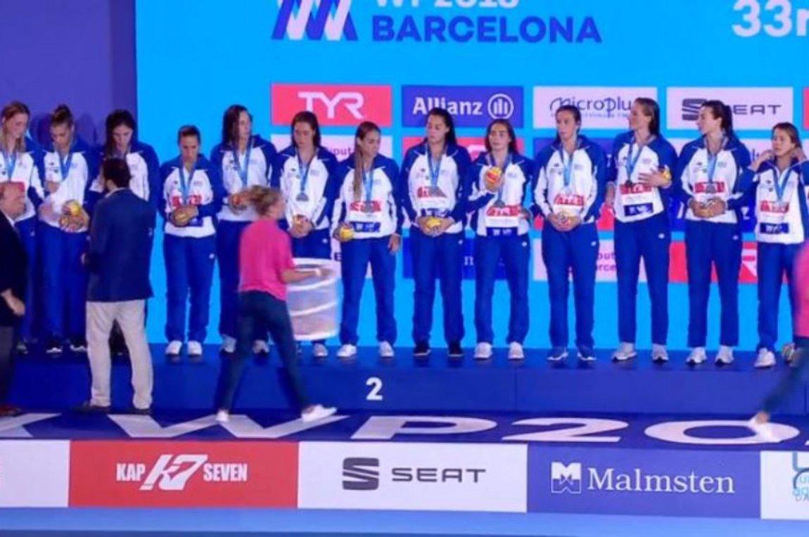 e839417f9345 ... για την εθνική υδατοσφαίρισης γυναικών. Το αντιπροσωπευτικό συγκρότημα  ηττήθηκε 6-4 από την Ολλανδία και θα επιστρέψει από τη Βαρκελόνη με το  ασημένιο ...