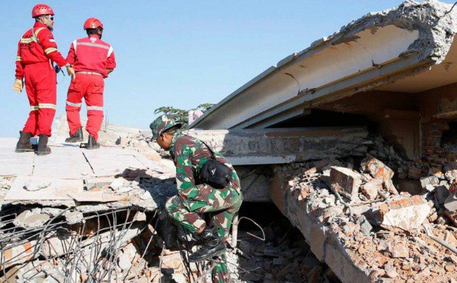 Τουλάχιστον 10 νεκροί μετά τις χθεσινές σεισμικές δονήσεις στην Ινδονησία
