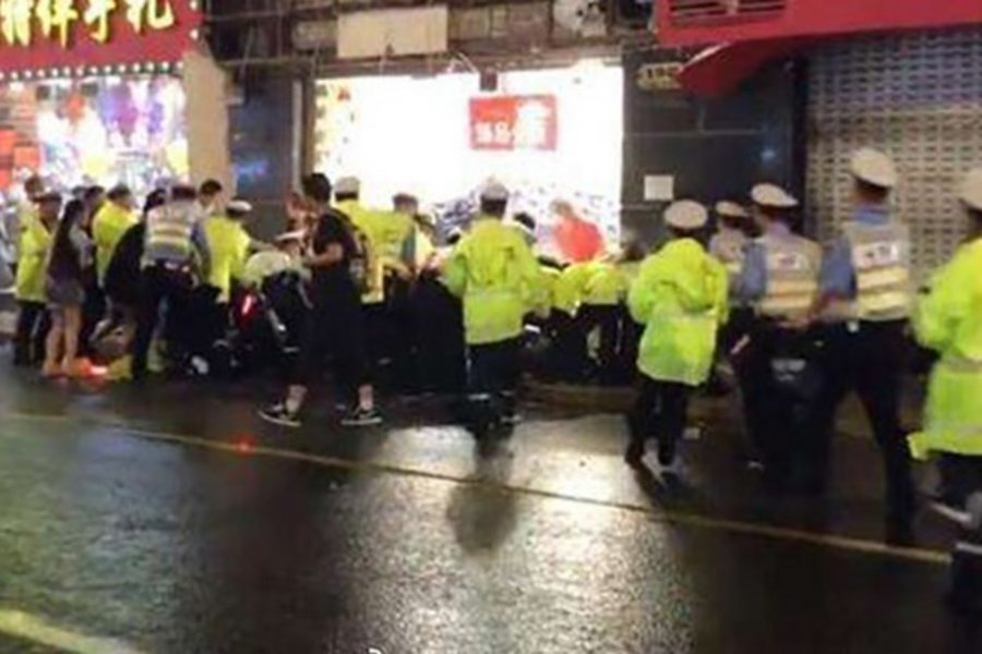 Τραγωδία στην Κίνα: Πινακίδα καταστήματος καταπλάκωσε περαστικούς