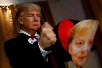 Μουσείο Τισό Βερολίνου: Σωσίας του Τραμπ γρονθοκοπεί φωτογραφία της Μέρκελ