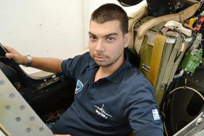 Κατασκευάζει στο σπίτι του πιλοτήριο μαχητικού αεροσκάφους