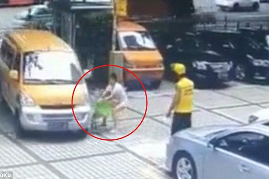 Μητέρα ρίχνει στις ρόδες αυτοκινήτου το παιδί της για να εκδικηθεί τον άνδρα της - Σκληρές εικόνες