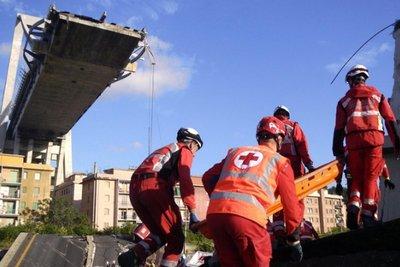 Ψάχνουν πέντε αγνοούμενους στα χαλάσματα της γέφυρας στη Γένοβα