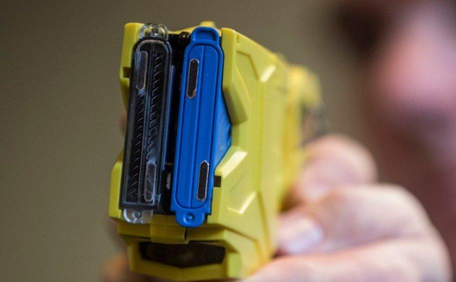 ΗΠΑ: Αστυνομικοί «χτύπησαν» με όπλο Taser 87χρονη - Κρατούσε μαχαίρι αλλά ήταν για... χόρτα