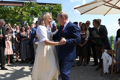Με μια αγκαλιά λουλούδια στον γάμο της Αυστριακής υπουργού ο Πούτιν - Χόρεψε και με τη νύφη