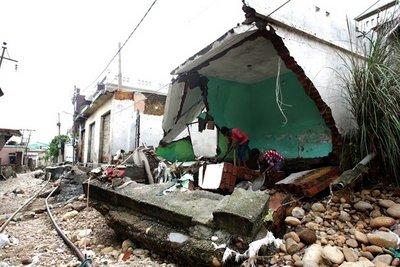 Ινδία: Στους 370 οι νεκροί από τις πλημμύρες, 700.000 οι εκτοπισμένοι