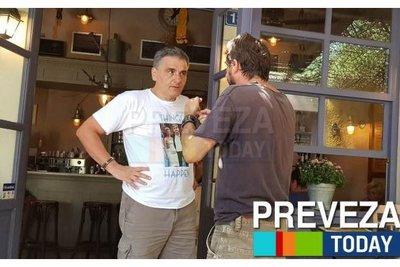 Οι διακοπές του Τσακαλώτου φορώντας t-shirt με στάμπα τον ίδιο και την Σκάρλετ Γιόχανσον ως ζευγάρι