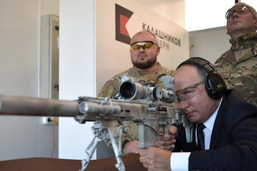 Ο Πούτιν επέδειξε το ταλέντο του στη σκοποβολή με το νέο Καλάσνικοφ