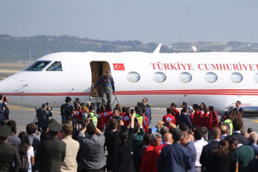 Με στολή πιλότου κατέβηκε από το αεροπλάνο ο Ερντογάν