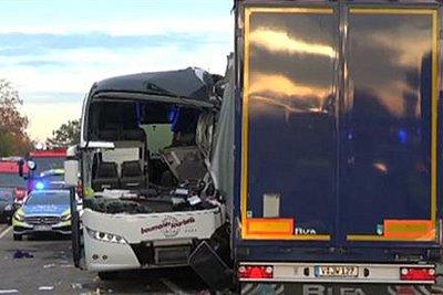 Μετωπική σύγκρουση τουριστικού λεωφορείου με φορτηγό