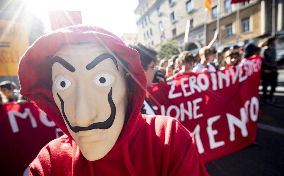 Ιταλία: Κινητοποιήσεις μαθητών λυκείου σε όλες τις μεγάλες πόλεις - Έκαψαν ομοιώματα των Σαλβίνι και Ντι Μάιο