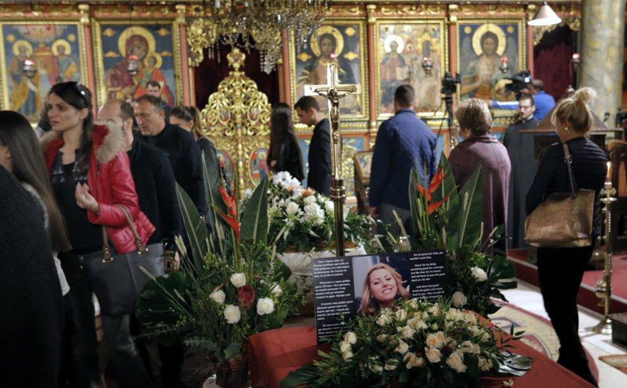 Βουλγαρία: Εκατοντάδες αποτίουν ύστατο φόρο τιμής στην δημοσιογράφο Μαρίνοβα που δολοφονήθηκε