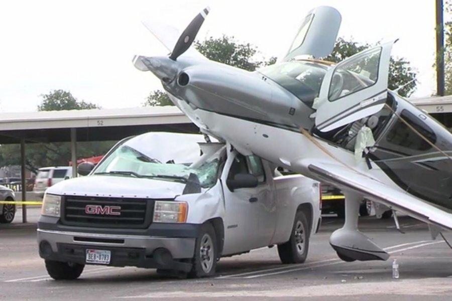 Τρομακτικό ατύχημα: Μικρό αεροπλάνο συνετρίβη σε πάρκινγκ