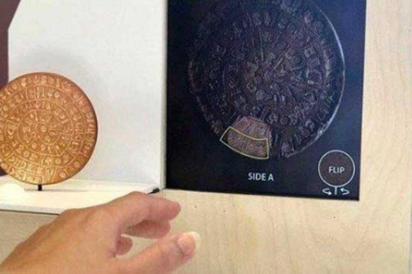 Αγγίζουν τα μυστικά πάνω στον Δίσκο της Φαιστού, μέσω της έξυπνης προθήκης του