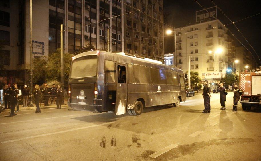 Τραυματίες 4 αστυνομικοί σε «κόλαση» μολότοφ στο Α.Τ. Ομόνοιας - Κάηκαν 8 αυτοκίνητα