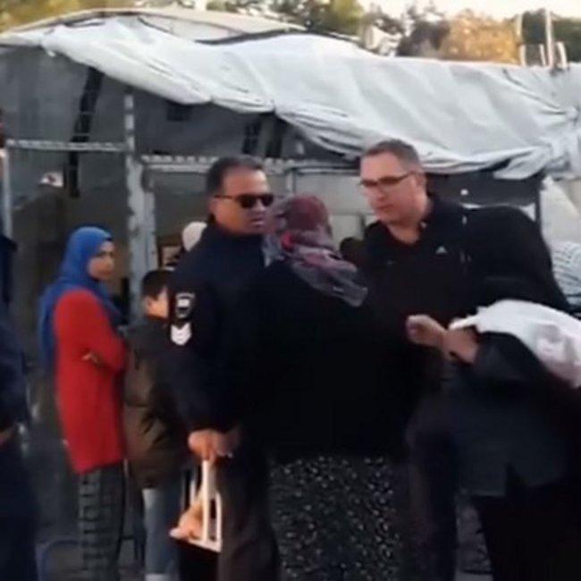 Αστυνομικός βρίζει με χυδαίο τρόπο ηλικιωμένη πρόσφυγα στον καταυλισμό της Μόριας – Η αντίδραση της ΕΛ.ΑΣ.