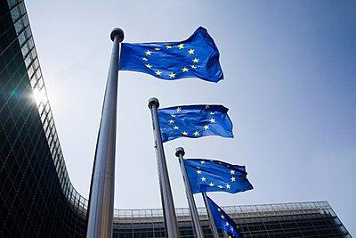 Συμφωνία αυστριακής προεδρίας και ευρωκοινοβουλίου σε νέο πλαίσιο για την αντιμετώπιση των ΜΕΔ που κατέχουν οι τράπεζες