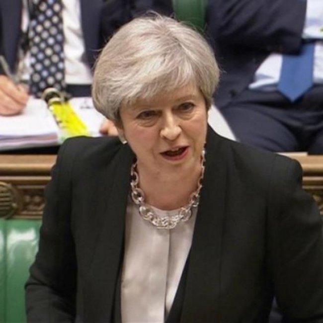 Στην κόψη του ξυραφιού η Μέι: Η δική μου ή καμία συμφωνία για το Brexit - «Βροχή» παραιτήσεων στην κυβέρνηση