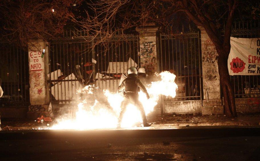Μολότοφ, φωτιές και χημικά στο Πολυτεχνείο - 22 προσαγωγές, 19 συλλήψεις