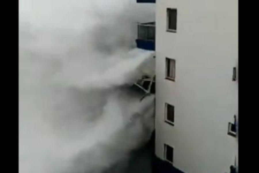 Κύματα τέρατα «σκαρφαλώνουν» στον 2ο όροφο ξενοδοχείου στην Τενερίφη - Διέλυσαν μπαλκόνι