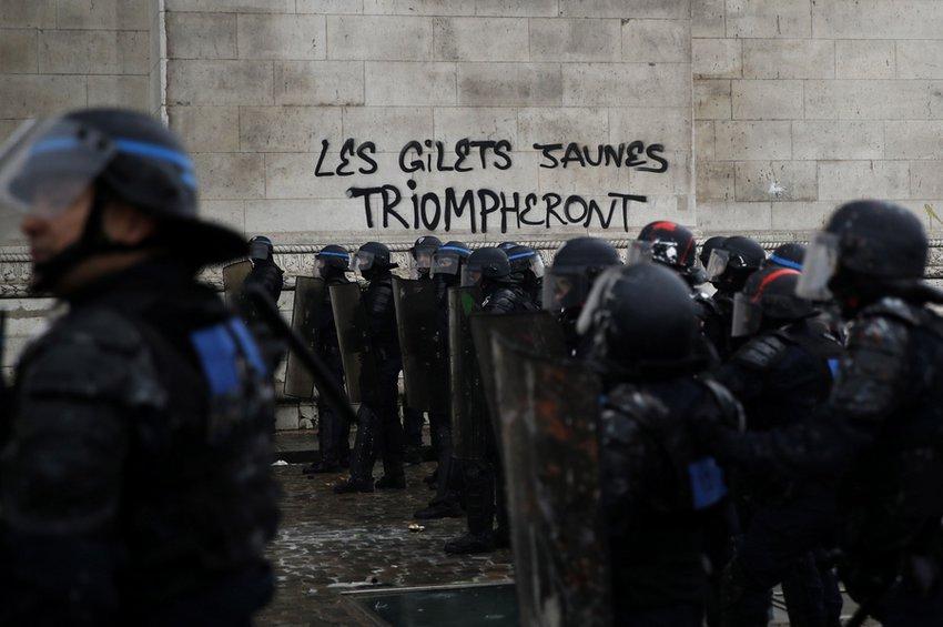 Γαλλία: Το ενδεχόμενο επιβολής κατάστασης έκτακτης ανάγκης εξετάζει η κυβέρνηση Μακρόν