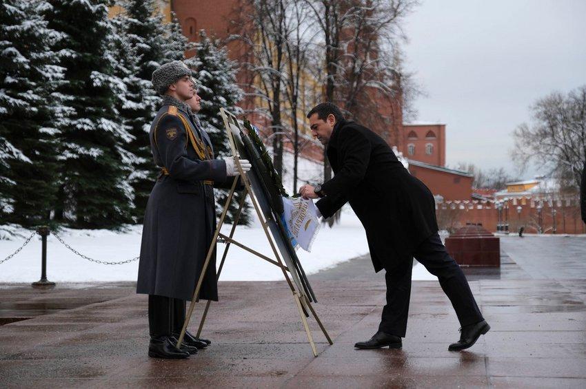 Η κατάθεση στεφάνου από τον πρωθυπουργό στο μνημείο του Άγνωστου Στρατιώτη στη Μόσχα