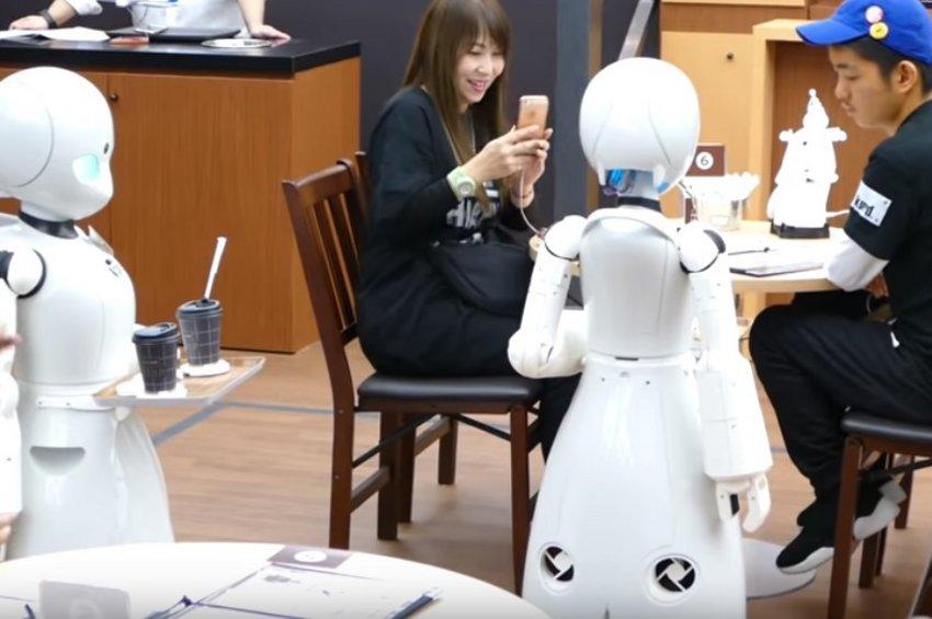 Η καφετέρια με τα ρομπότ - σερβιτόρους που ελέγχονται από παράλυτους