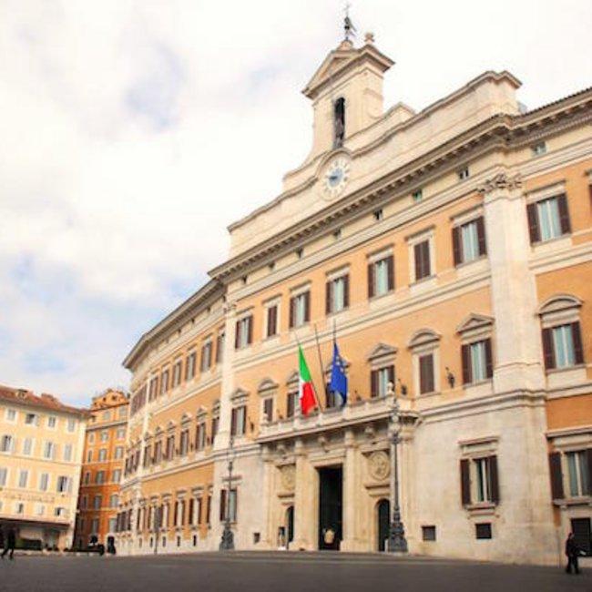 Ροζ σκάνδαλο στην ιταλική Βουλή: Η κάμερα «συνέλαβε» βουλευτές να κάνουν σεξ στις τουαλέτες