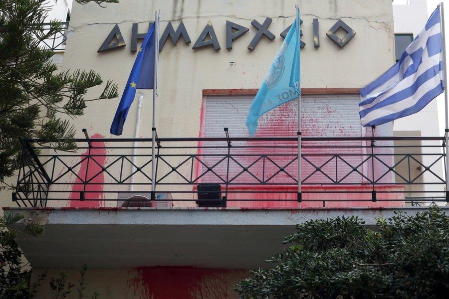 Kαρέ καρέ η επίθεση του Ρουβίκωνα στο δημαρχείο Αλίμου