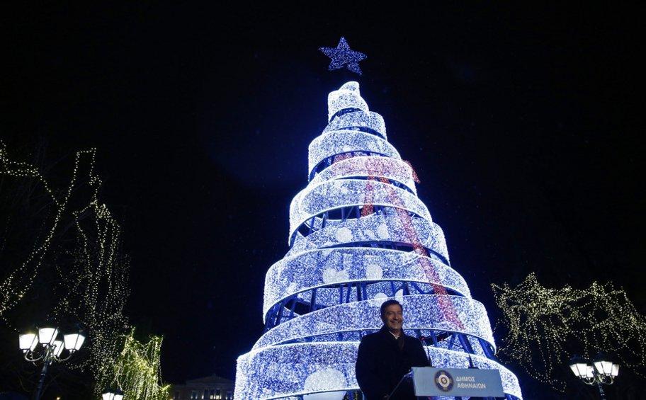 Φωταγωγήθηκε το χριστουγεννιάτικο δένδρο στην πλατεία Συντάγματος