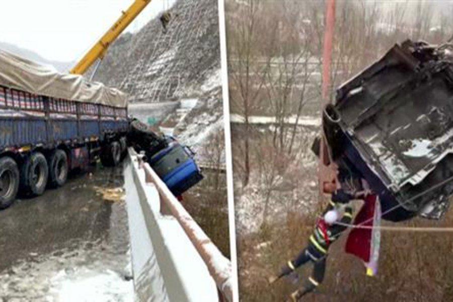 Συγκλονιστικές εικόνες: Καρέ καρέ η διάσωση οδηγού από φορτηγό που κρέμεται στον αέρα