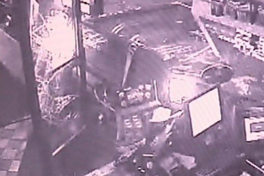 Κινηματογραφική ληστεία: Έριξαν φορτηγάκι σε βενζινάδικο και «ξήλωσαν» το ΑΤΜ