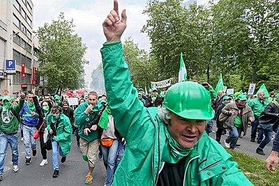 Βέλγιο: Εργάτες εργοστασίων απεργούν και διαδηλωτές κατεβαίνουν στους δρόμους