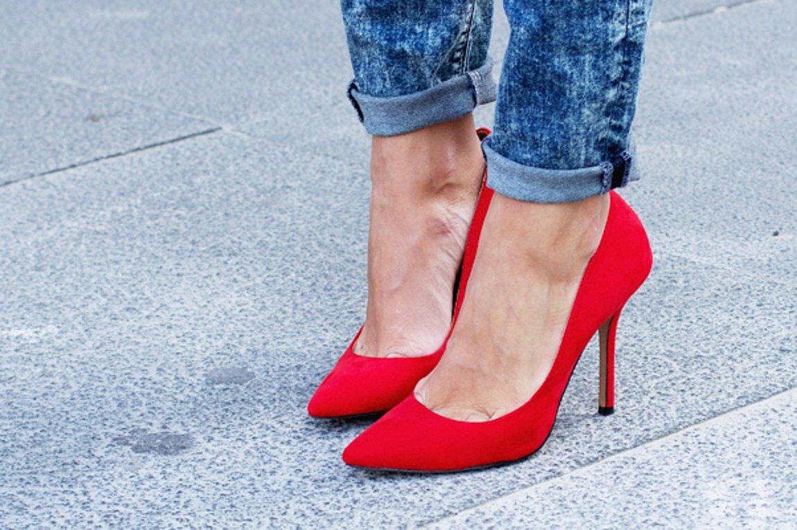 Ποια παπούτσια ταιριάζουν περισσότερο με κάθε στυλ τζην παντελονιού ... ceee1ab7a64
