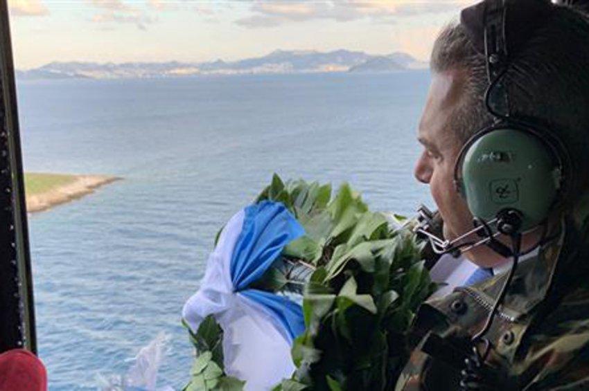 Στα Ίμια ο Πάνος Καμμένος - Πέταξε με στρατιωτικό ελικόπτερο και έριξε στεφάνι