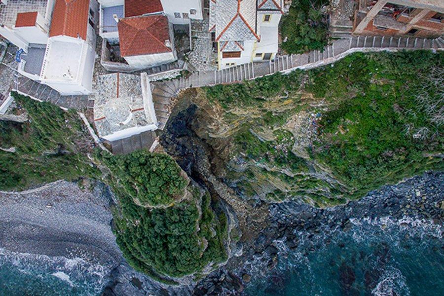 Σκόπελος: Στον «αέρα» ολόκληρη γειτονιά μετά από κατολίσθηση πλαγιάς – Εικόνες από drone