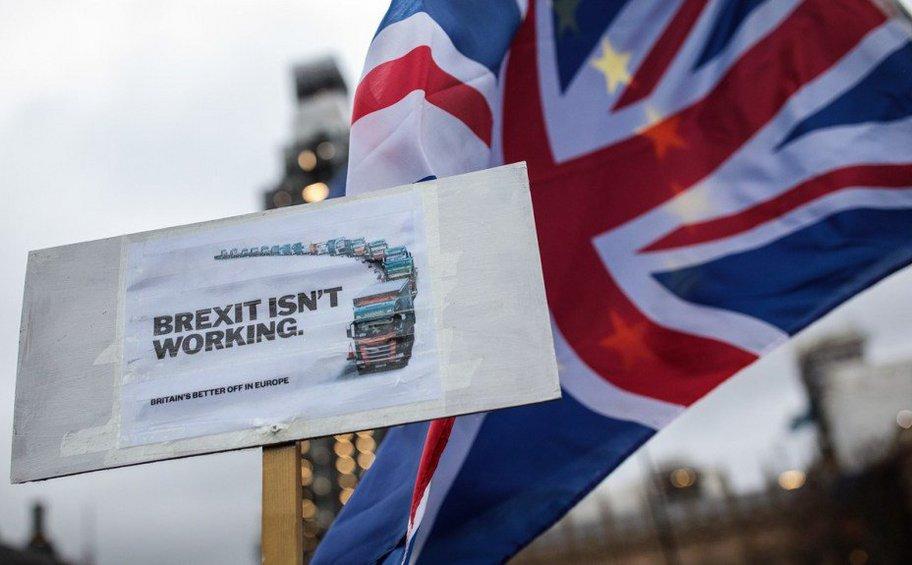 Brexit: Σε αχαρτογράφητα νερά η Μ. Βρετανία μετά το «χαστούκι» στη Μέι