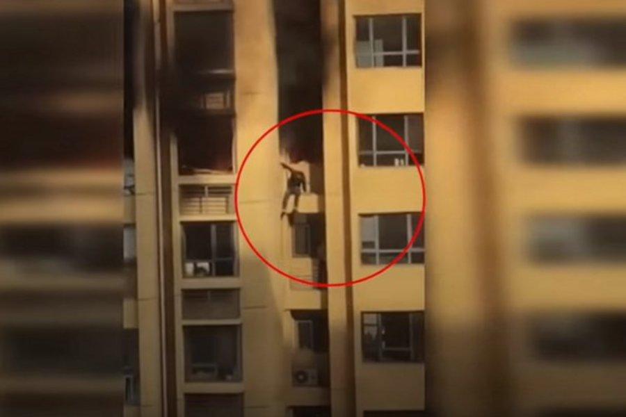 Σοκαριστικό βίντεο - Αναγκάστηκαν να πηδήξουν σε άλλο όροφο για να γλιτώσουν από τη φωτιά