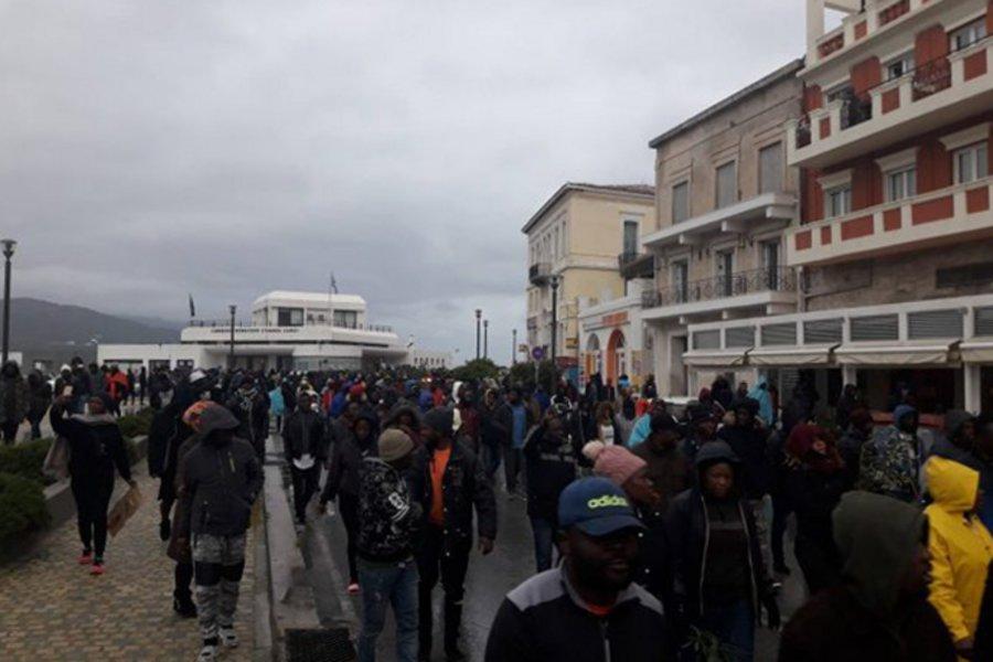 Στους δρόμους βγήκαν πρόσφυγες και μετανάστες στη Σάμο - Τι καταγγέλλουν